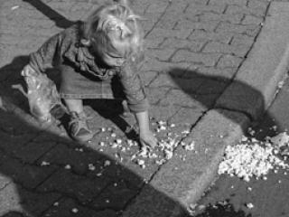 le sac de pop-corn déchiré 1 - Gustav Eckart, Photographie