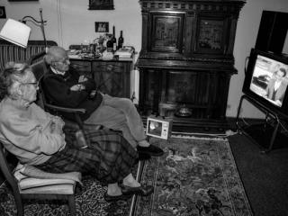 Old couple watching TV 1998 - Gustav Eckart, Photography