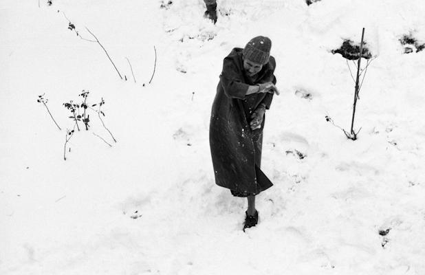 grandmère en bataille de boules de neige - Gustav Eckart, Photographie