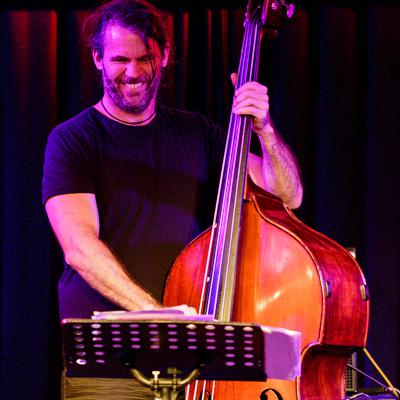Michael Wollny Trio: Tim Lefebvre 20130814 - Gustav Eckart, Photographie