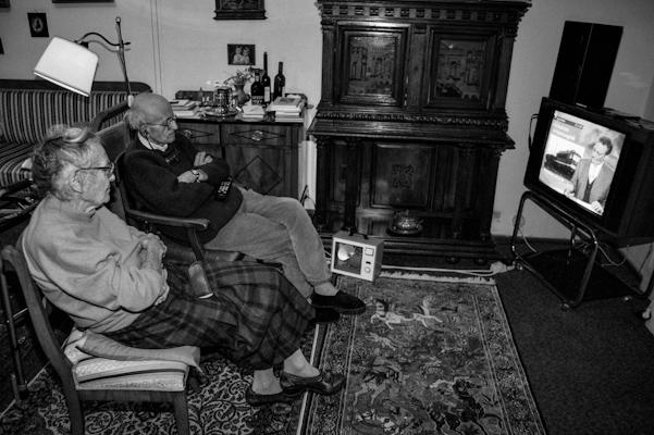 Old couple watching TV 1998 - Gustav Eckart, Photography